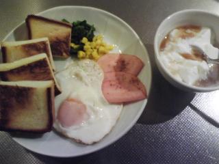 きょうの朝食/ 目玉焼きとハム