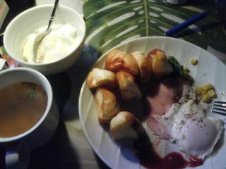 きょうの朝食/ ハムエッグとロールパン