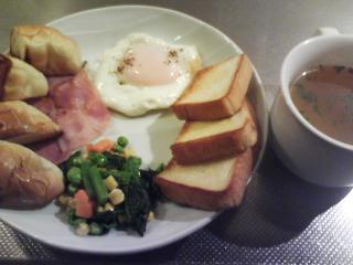 きょうの朝食/ ベーコンエッグに賑やか野菜