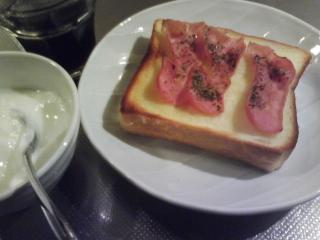 きょうの朝食/ ベーコン載せトースト